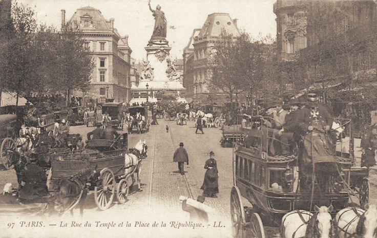 Arrivons place de la République par la rue du Temple, très animée, vers 1900.