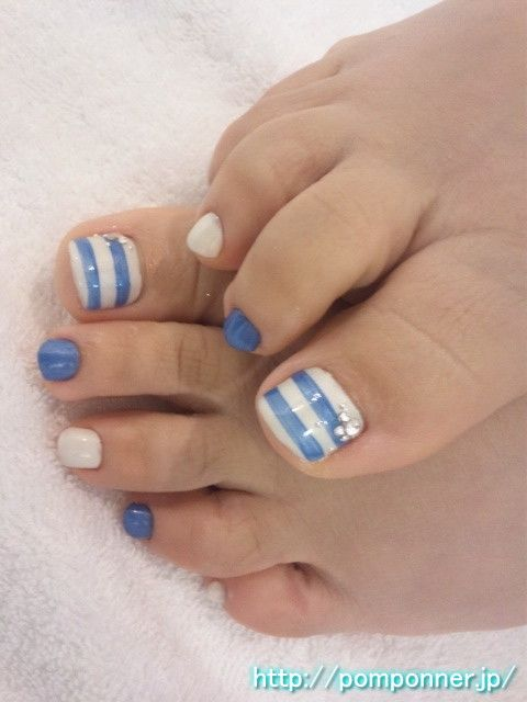 Foot nail crisp blue and white
