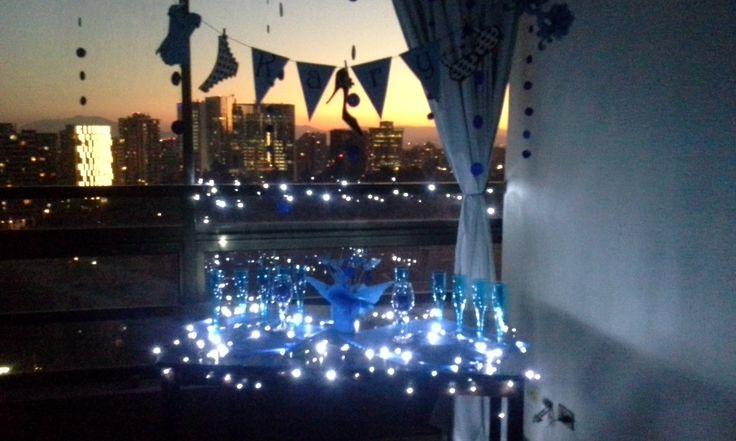 la noche llego y las pequeñas luces blancas destacan el azul de la mesa