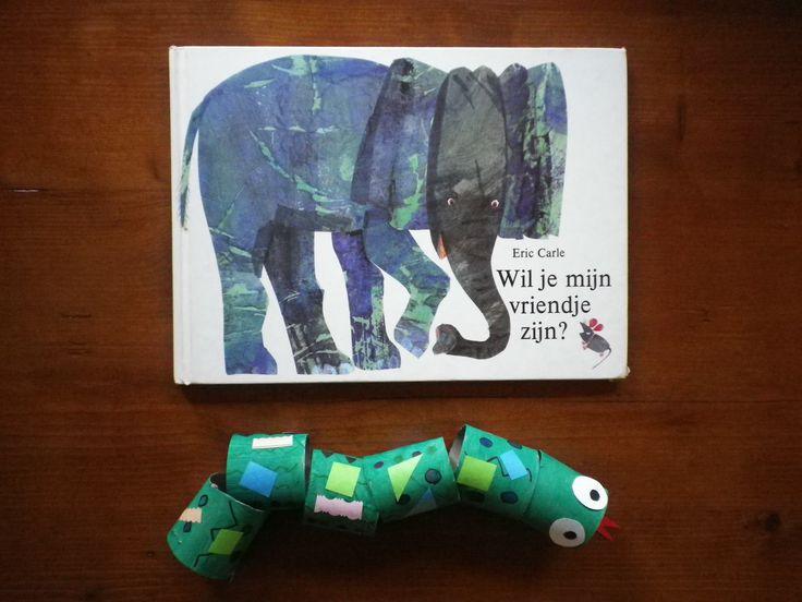 """Bij het boek """"Wil je mijn vriendje zijn?""""van Eric Carle knutselen we een lange groene slang."""