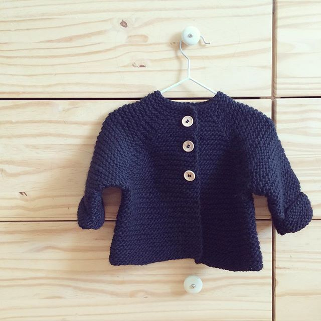 HARALDS JAKKE • perfekt til sommeraftenerne👌🏼 Opskriften finder du i shoppen (link i profil) // the english version of this pattern is shortly going out to my lovely testknitters - it won't be to long before it's here...☺️✌🏼️#babyknits #instaknit #kidsfashion