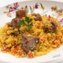 Paletilla de cordero salteada con cuscús al curry y pimiento rojo.