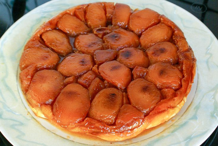 Tarte tatin. Une tarte aux pommes renversée caramélisée.. La recette par Chef Simon.