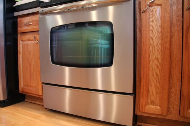 Para que ya no te moleste ninguna mancha o huella dactilar en tu horno inoxidable, solo limpia su superficie con un trapo remojado en aceite de oliva, y a continuación elimina el exceso con otro trapo.