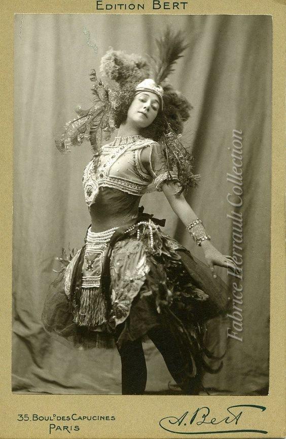 """Тамара Карсавина позирует в костюме для па-де-де, названного С.П. Дягилевым в программке """"L'oiseau de feu""""(Огненная птица) на музыку П.И.Чайковского из балета """"Спящая красавица"""", в постановке М.И.Петипа"""
