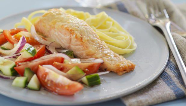 Ovnsbakt laks med parmesanlokk og tomatsalat.  Server med salat og pasta, så har du en god middag.