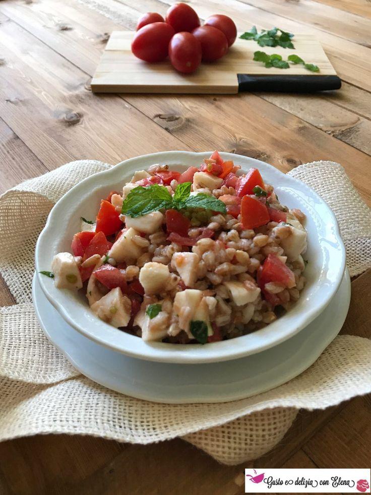 Insalata di farro perlato con pomodori, mozzarella light e menta