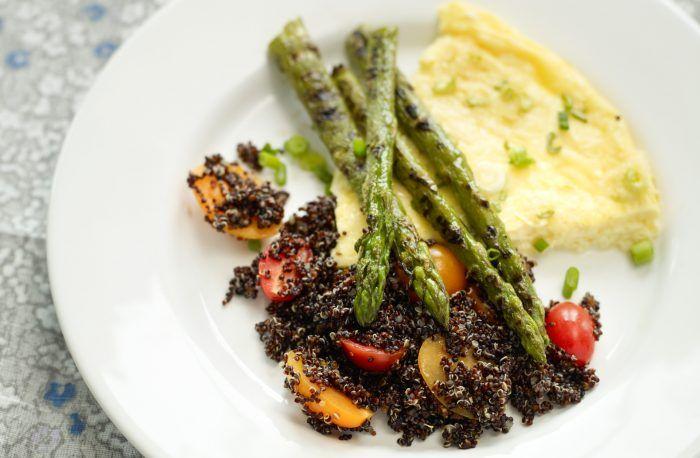 Omelett, sparris och tomatquinoa