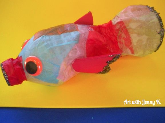 Water bottle fish art project for Earth Day. Great activity for using recycled water bottles.