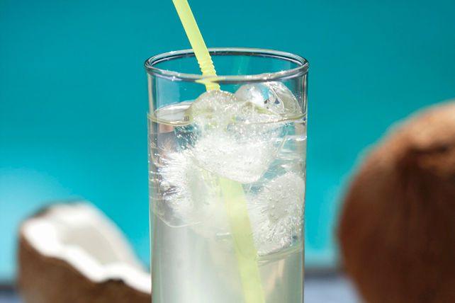 L'eau de coco ajoute beaucoup de fraîcheur à ce cocktail fait de boisson COUNTRY TIME Limonade. C'est la boisson idéale à déguster entre amis!