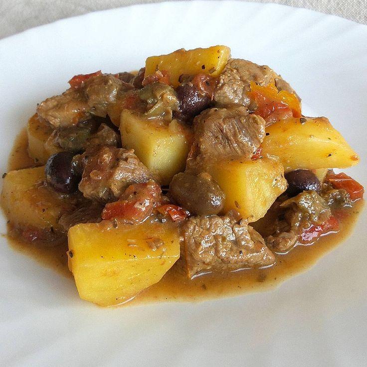 Spezzatino di manzo con patate, olive taggiasche, pomodori secchi e capperi  Infarinate leggermente i bocconcini di manzo. Fateli rosolare. Aggiungere un trito fine di aglio e cipolla. Aggiungere i pomodori secchi e tre cucchiai di passata di pomodoro.Sfumare con un bicchiere di vino bianco. Coprire con il brodo e cuocere a fuoco lento finché non diventerà morbida (circa 1 ora). Aggiungere le olive, i capperi e l'origano e le patate a tocchetti. Cuocere per altri 20 minuti. IG : secucinoio