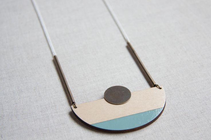 Collana a semicerchio di color blu pastello, blu chiaro, collana in legno tagliata a laser con accessori in ottone