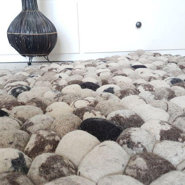 I nostri tappeti di pietre di feltro sono tutto fuorché duri! Vi sembrerá di stare sulle nuvole😇 I nostri #tappeti indiani sono in pura lana e fatte interamente a mano da produttori locali. Scoprite di più qui: http://www.sukhi.it/informazioni-sui-tappeti-di-lana-feltro