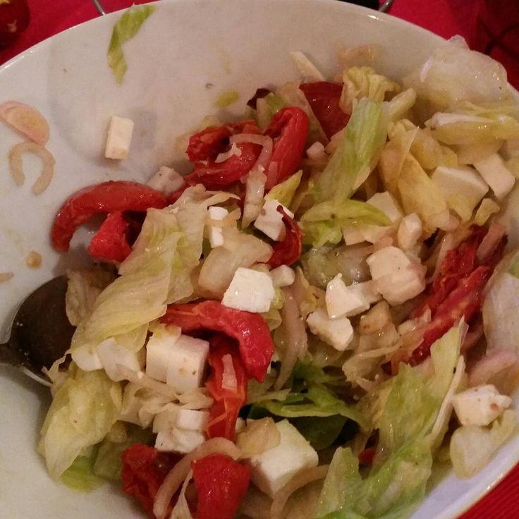 Салат с вялеными помидорами и козьим сыром