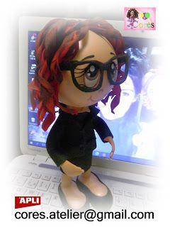 Boneca académica com cabelos vermelhos e nuances. Traje académico