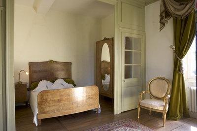 SUITE DE l'ABBAYE  wat een rust en schoonheid  De Suite de l'Abbaye bestaat uit twee slaapkamers 'en suite' en is hierdoor bij uitstek geschikt voor gezinnen met kinderen (2 + 2). Het is zelfs mogelijk een wiegje of 5e bed bij te plaatsen. Een slaapkamer beschikt over twee 1-persoonsbedden van 0.90 x 1.90m. In de andere kamer staat een 2-persoonsbed met een afmeting van 2.00 x 1.60m. De ligging is op het zuiden (tuin) èn op het westen (ruïne Lekenbroeders verblijf).