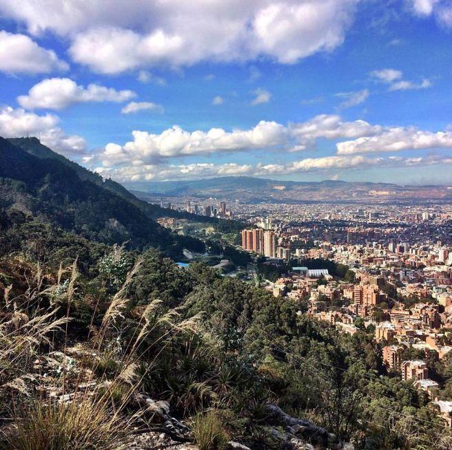 A pocos días de #navidad empezamos la semana en los #cerrosorientales de #bogota. Saludos en este día de sol ☀️arriba del barrio #bellavista de la #localidad de #chapinero