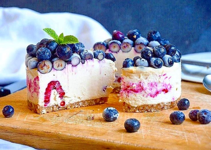 """2,102 Likes, 17 Comments - Pixee Fox - The Living Cartoon (@pixeefox) on Instagram: """"Drooling over this 😱😍🌱 #Raw Blueberries & Raspberries Cheesecake 😍 CRUST: •1/2 cup macadamia nuts,…"""""""