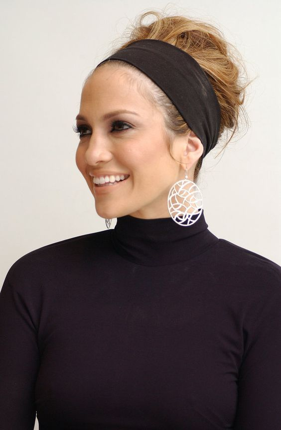 For a Monster-in-Law press conference in 2005, Jennifer pulled her hair back with a thick black headband and teased and tousled her ends. She paired the updo with a smoky eye fit for daytime.