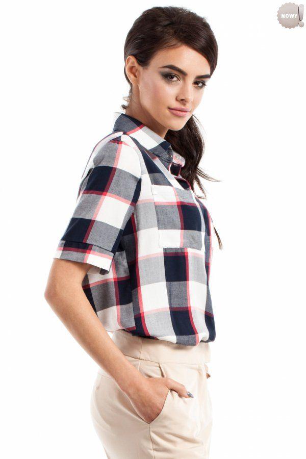 Koszulowa bluzka damska z krótkimi rękawami, zapinana na guziki, z kieszonką na przodzie.  #bluzka #damska  #kobieta #moda #trendy #wzory #krata #koszula