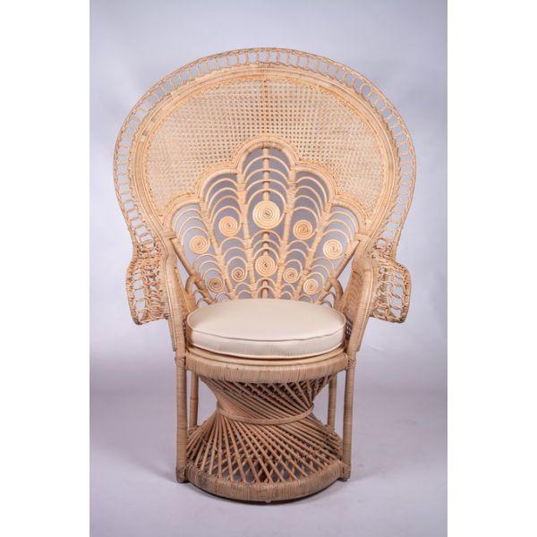 Le rotin étant en plein boom en ce moment,   on retrouve partout, l'incontournable fauteuil en rotin de style Emmanuelle.        sarah k...