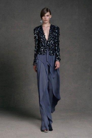 Elemento Acqua. Nello stile: pantalone ampio asimmetrico, giacca con dettagli riflettenti. Nel colore: blu avio.