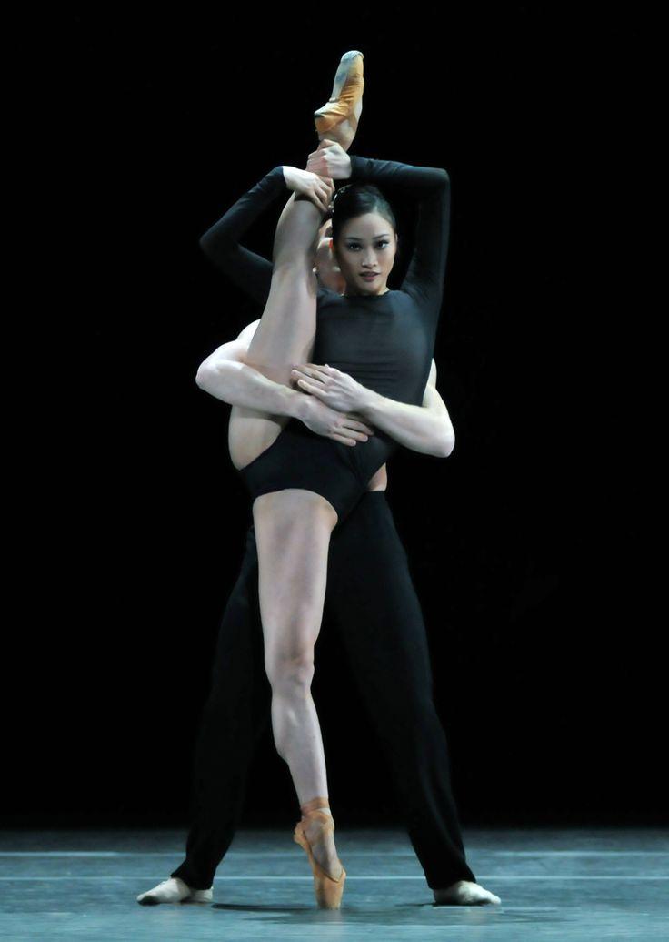 Fumi Kaneko and Dawid Trzensimiech (Royal Ballet) in Wayne McGregor's 'Infra'. Photo by Dave Morgan