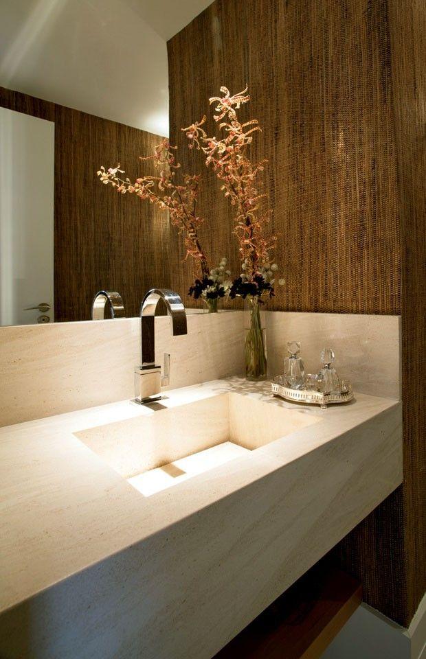 Cobertura em São Paulo tem pé-direito triplo / Ana Paula Araújo #lavabo #lavatory #bathroom
