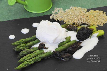 Asperges vertes, morilles, oeuf poché, sauce et tuiles au parmesan |