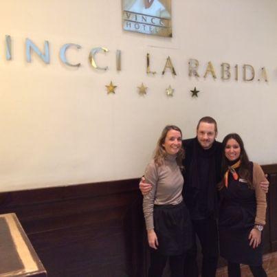 ¡Grata sorpresa en Vincci La Rábida4* #Sevilla, el cantante de Eurovisión 'Daniel Diges' se alojó en nuestro #hotel y amenizó la tarde con su eterna sonrisa. Aquí posa junto a Marta Ligero, Recepción, y Rocío Gordo, Comercial.