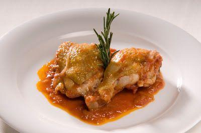 Muslos de pollo al vino Jumilla,Esta receta es algo elaborada, pero muy sabrosa. Se trata de un plato con carácter español, que utiliza vino Jumilla e ingredientes como el jamón, la pance,brandy, Guiso, Jumilla, Pollo