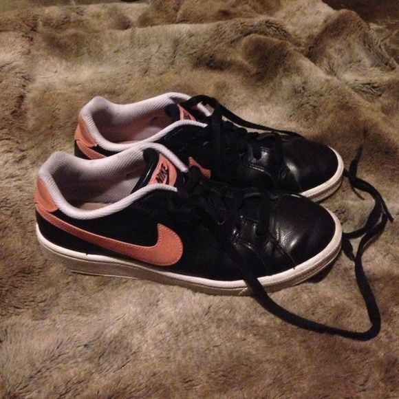 Women's Nike sneakers Worn a handful of times. I little dingy around the back, but can be cleaned up with a toothbrush and some alcohol in a jiffy! Black and salmon color. Nike Shoes Sneakers