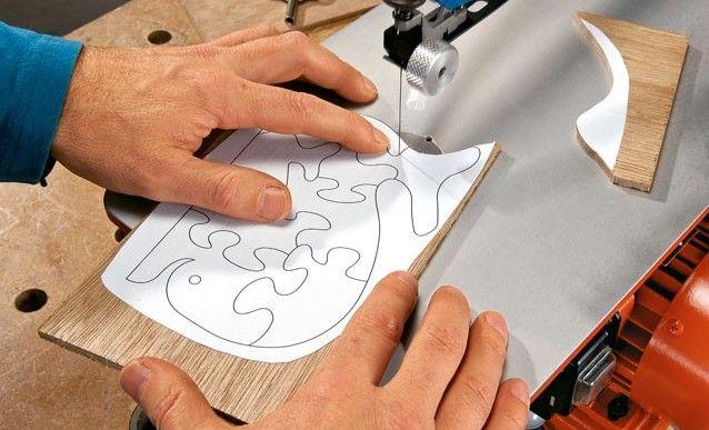 Utiliser une scie à chantourner : fabriquer son premier puzzle - http://www.systemed.fr/conseils-bricolage/decouper-avec-scie-a-chantourner,2888.html
