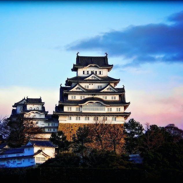Замок Химэдзи на восходе | Himeji Castle at Sunrise ... удивительно, но всю долгую историю, начавшуюся в XIV веке, несчастья обходили Замок белой цапли стороной. Ни природные катаклизмы - пожары, наводнения и землятресения, ни войны, которых с тех пор произошло немало, не смогли серьезно навредить этому величественному зданию. Во время Второй мировой войны вся округа была огромным пепелищем, а единственная зажигательная бомба, упавшая на верхний этаж замка, так и не взорвалась ... photo by…