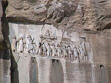 A Inscrição de Behistun narra a história das conquistas de Dario, o Grande, com os nomes de 23 satrapias governadas por ele.