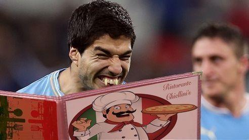 Suarez kryje się w karcie dań • Śmieszne zdjęcia w piłce nożnej • Luis Suarez stał się wampirem • Wejdź i zobacz zabawną fotę Suareza >> #suarez #football #soccer #sports #pilkanozna #funny