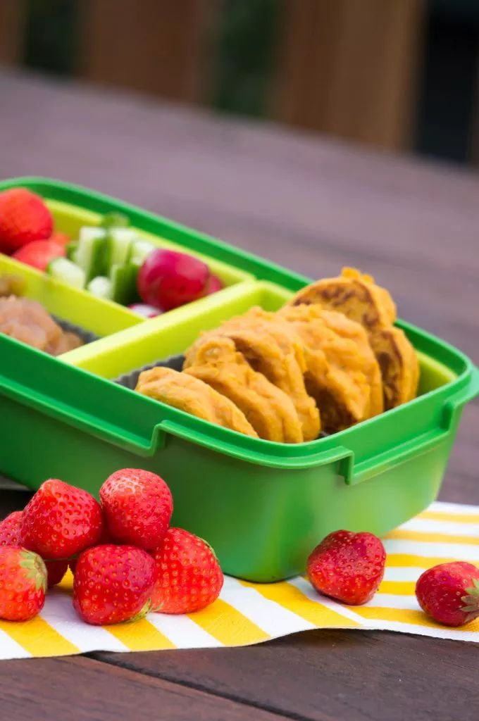 Deze Zoete aardappel en kikkererwten burgers zijn zowel warm als koud lekker. Daarmee zijn ze perfect voor de lunchbox naar school.