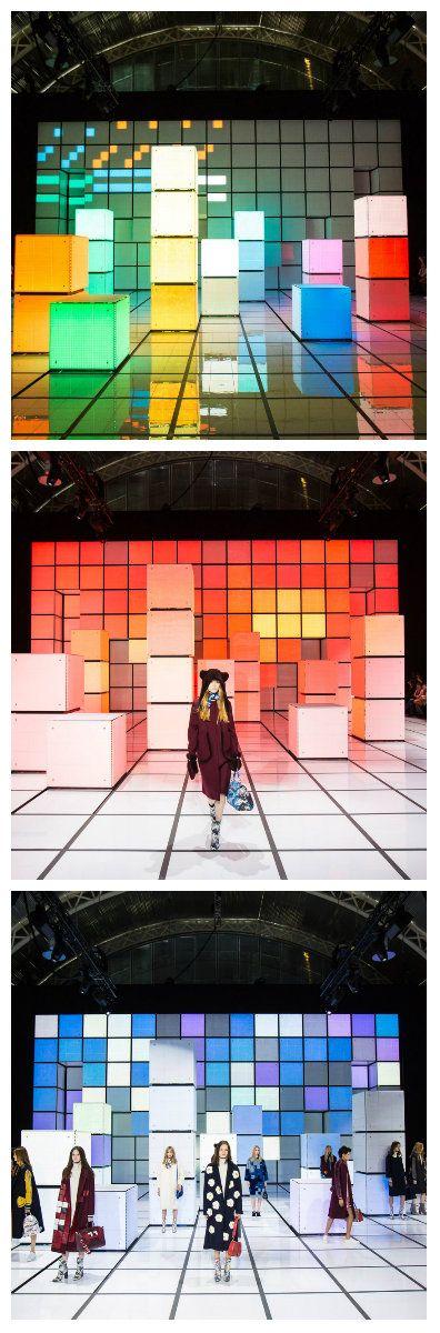 Красочное освещенные поверхности позади сцены и подиума, было создано на основе 8-битной графики и концепции кубика Рубика. Сформировала фон для сцены дефиле Лондоской недели моды, дизайнер Anya Hindmarch. #светодиоды #подсветка #освещение #светодизайн #декор #мода #подиум #подсветкаподиума #подсветкасцены #светящаясяконструкция #светодиодноеосвещение #светодиоднаяподсветка #дефиле