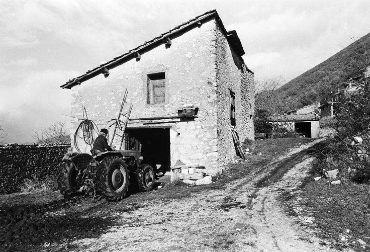 Pie la Rocca, Anacarano di Norcia, anni 80. Annesso rustico su due piani con il tetto a falda unica: sotto la stalla e sopra il fienile al servizio dell'azienda agricola con l'abitazione della famiglia contadina nelle immediate vicinanze.