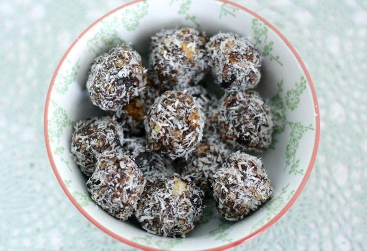 Wij zijn fan van ditgemakkelijke én gezonde recept (gemaakt door Chicks Love Food)omchocolade bonbons te maken.Ga direct aan de slag! Ingrediënten: 100 gram dadels 75 gram gemengde noten 1 el k...