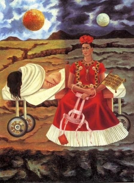 essnap:  Árbolde la Esperanza, Mantente Firme (1946) En este cuadro vemos a dos Fridas; la que está a la izquierda es la Frida que acaba de salir del quirófano en una camilla y la otra es la figura de una Frida poderosa, derecha y llena de confianza. El cuadro está dividido en dos mitades, una de día y la otra de noche. El cuerpo magullado y sangrante está asignado al sol, que en la mitología azteca se alimenta de la sangre humana de sacrificios. Las dos heridas en su espalda tienen eco en…