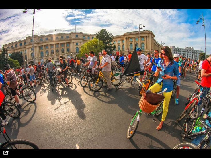 "Bicyclists march asking for proper bike lanes and government's support for alternative transportation options in Bucharest, September 2014.   Marsul biciclistilor ""Vrem un oraș pentru oameni"", septembrie 2014."