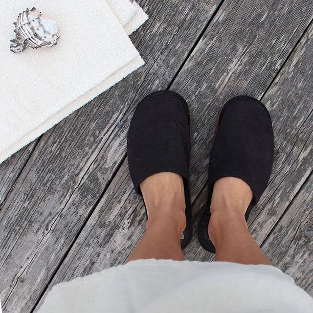 Linen & leather slippers ✨ Appropriate dock shoes? Mmmm probably not, but they work! The coziest slippers you'll put on your feet? Maybe!⠀ ⠀ These are designed by the lovely ladies at Fog Linen in Tokyo I had  the pleasure of meeting a few weeks ago. The pair in this photo is the pair I've been wearing nearly everyday for about three years. They still look new!  #Regram via @salinitystudio