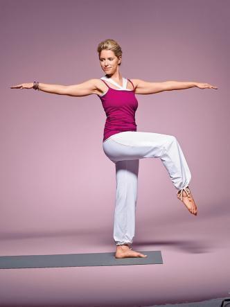Mit Slim-Yoga-Übungen können Sie sofort beginnen. Das Gute: Es gibt keinen festen Ablauf. Wir zeigen die besten Übungen für Muskelaufbau und Fettverbrennung. Starten Sie jetzt durch!