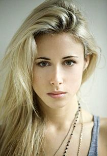 Gillian Zinser. actress/model with a spinal fusion WHATTUP