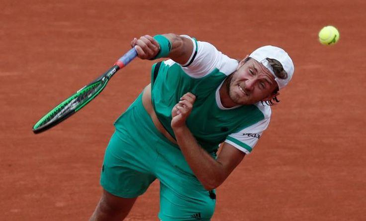 Tenis - Abierto de Francia - Roland Garros, París, Francia - 2 de junio 2017 de Francia Lucas Pouille en acción durante su partido de tercera ronda contra de España Albert Ramos-Vinolas