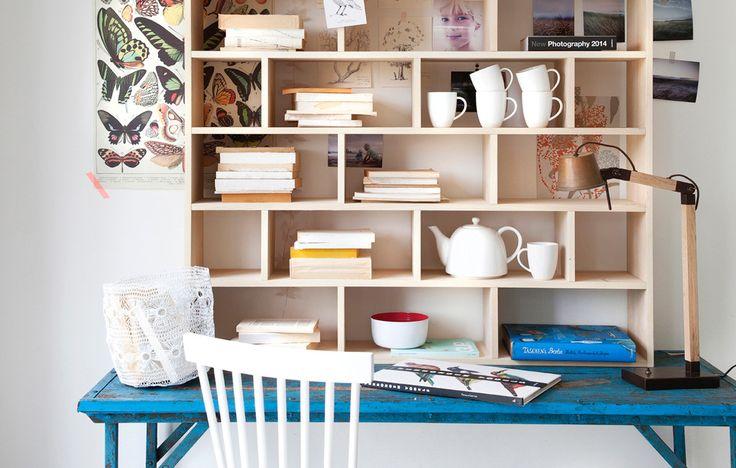 Deze grote vakkenkast is een aanwinst voor je interieur. Vul hem in de werkkamer met boeken en bureau-accessoires. De letterbak heeft vakken in verschillende maten en is zowel liggend als staand te gebruiken.  Afmetingen: 120x120 cm  http://catalogus.vtwonenshop.nl/vtwonen/meubels_werkkamer_kleur#letterbak-werkplek