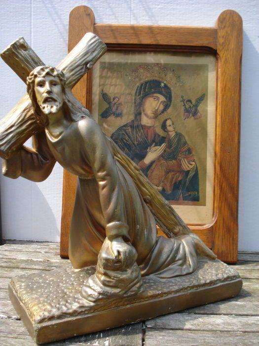 Beeld - Jezus draagt kruis - Schilderij - Icoon van Onze lieve vrouw met kindje Jezus  Groot beeld van Jezus draagt kruis.Is gemaakt van gips afgewerkt een met mooie brons patine.Gesigneerd - DEPOSE 205 CZAfmeting - 32 cm breed - 40 cm hoog.Conditie - In goede staat (zie foto's voor eigen indruk).Schilderij met prent icoon van Onze lieve Vrouw met kindje Jezus met aan weerszijde 2 aartsengels Michaël met lans en Gabriël met 3 kruis en spijkers.Onderaan de prent staat - Onze lieve Vrouw van…