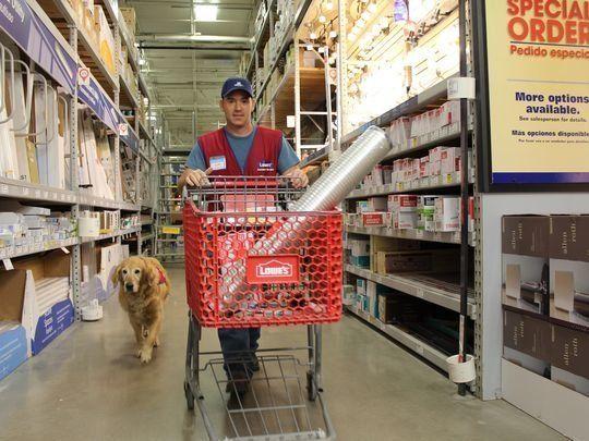 「介助犬が必要?じゃあ一緒に雇いましょう」心温まるホームセンター 「アビリーンのロウズは素晴らしいお店です。彼は、身体が不自由で介助犬が必要だった退役軍人です。なかなか仕事が見つからなかったけれど、ロウズが彼とサービス犬を雇用しました!!」