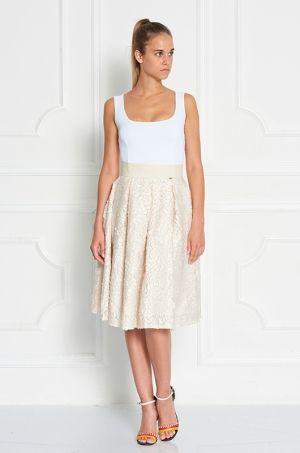 Midi sukňa úšitá z príjemného a zaujímavého materiálu - vrchná časť šiat je je našívaná v tvare kvetov. Zadná časť s možnosťou rozopnutia na zips. Vhodná na spoločenské udalosti.